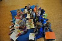 Barn leser bøker