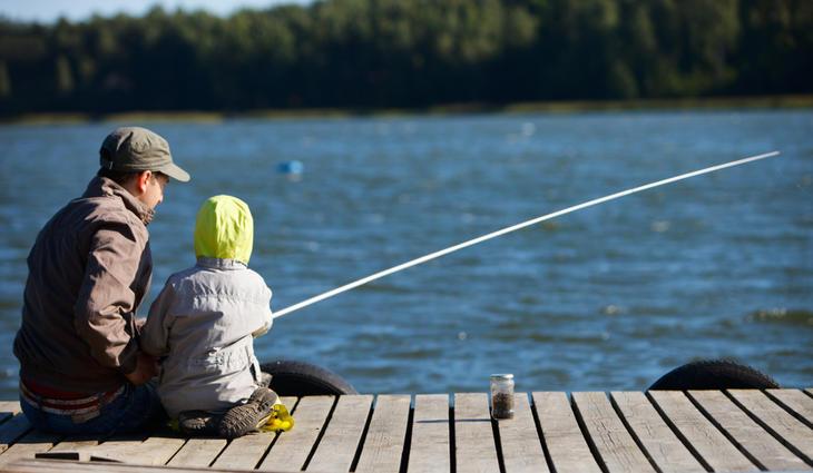 Familie som fisker
