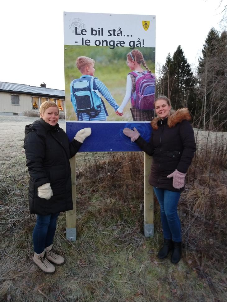 Ida Nesset Kvam og Tone Bekken Solhaug ved skiltet