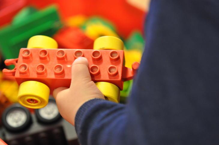 Lego og barnehender