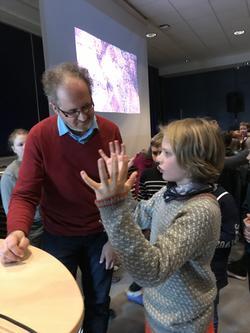 Knut Jørgen og Knut Brede diskuterer