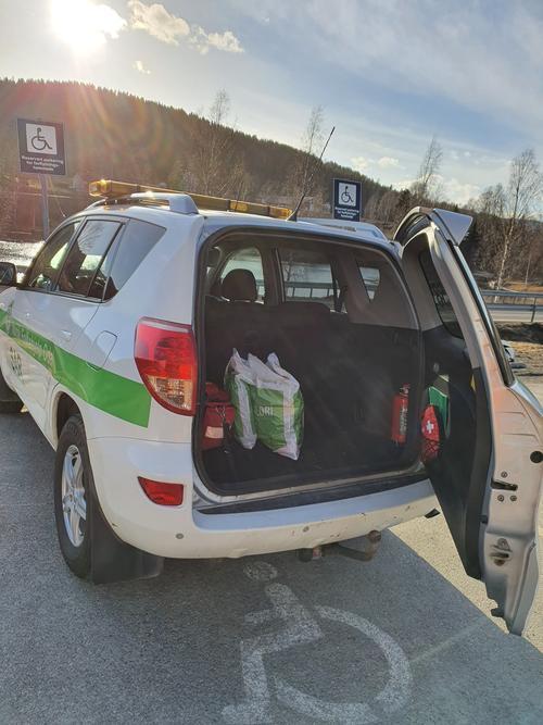 Norsk Folkehjelps bil med matvarer