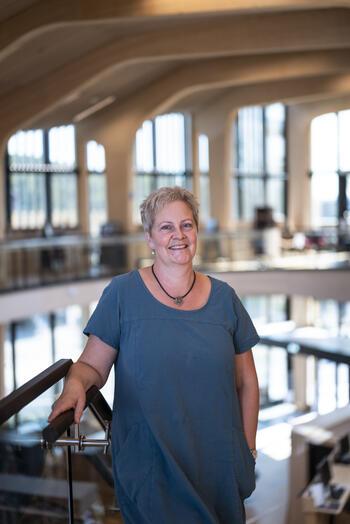 Biblioteksjef Anita Bunes er svært fornøyd med sin nye arbeidsplass.